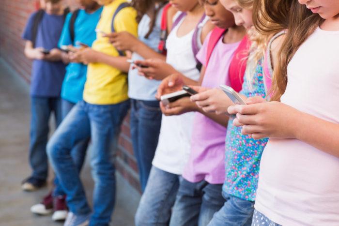 kids using smart phones